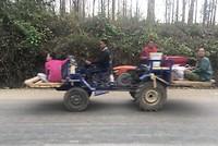 Deze soort tractors zie je veel met hele gezinnen en hun waar.