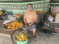 Deze dame maakt bloemstukjes voor de tempel