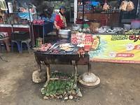 Op de barbecue langs de weg wordt er vis, vlees enz aangeboden