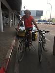 Theo heeft beide fietsen meegenomen naar het vliegveld