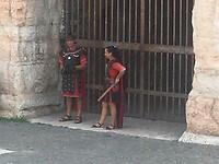 De Romeinen wachten op samen met de toeristen op de foto te gaan.
