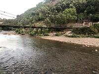 Loopbrug over het kleine riviertje