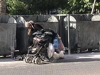 Een oude dame verzamelt plastic uit de vuilnisbakken