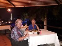 Yvon sloot de avond én haar reis af met een heerlijk etentje aan haar geliefde rivier De Mekong