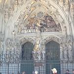Prachtig bewerkte hoofdingang vd kerk