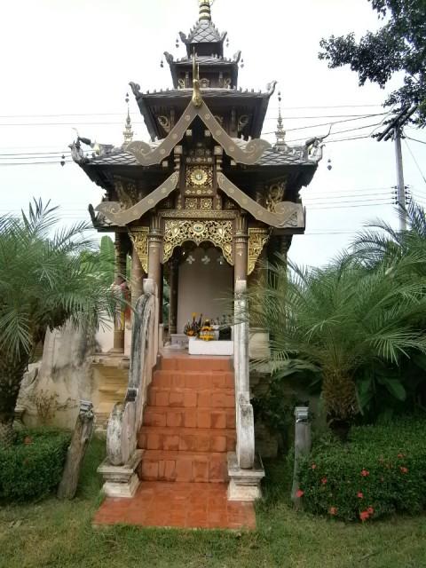 Het geestenhuisje bij de ingang van het resort foto sjaak cuppen s reisblog - Ingang van het hedendaagse huis ...