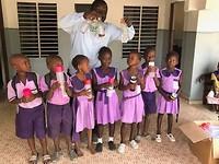 Drinkflessen uitgedeeld op Tawutu nursery school