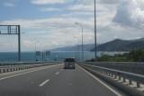 Splinternieuwe snelweg langs de kust