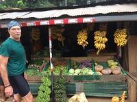 Bananen kopen onderweg.