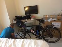 Fietsen uitpakken in de hotelkamer.