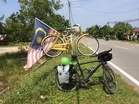 Oude fietsen hangen zomaar langs de weg.