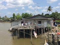 Huis op palen in rivier.