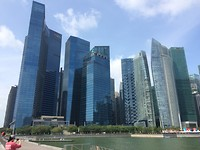 De skyline van Singapore.