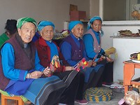 Zingende vrouwen in tempel