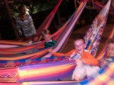 Hangmatteren: De kinderen mogen een nacht in de hangmat buiten slapen.