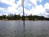 Resort vanaf het meer gezien