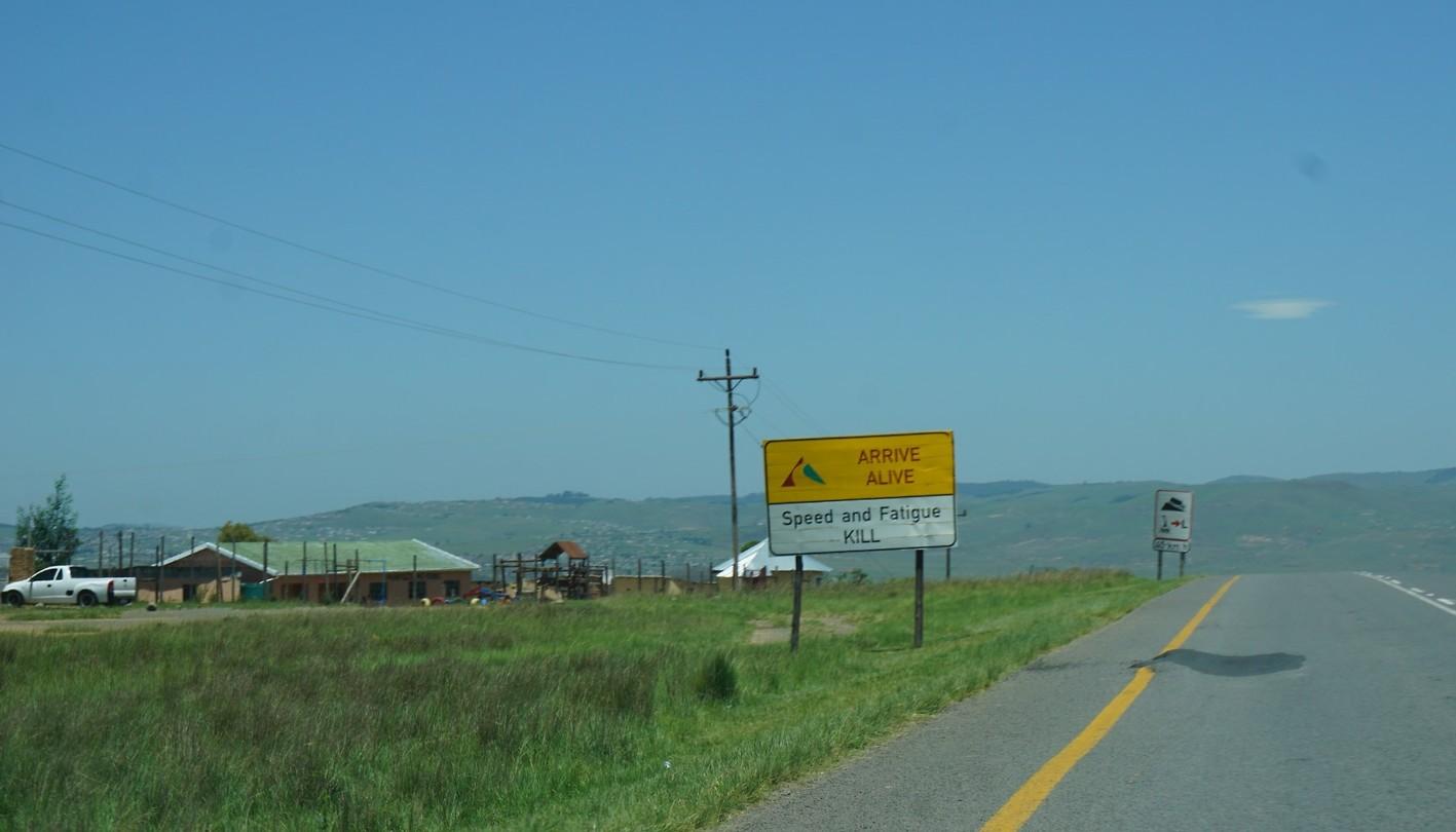 Waarschuwingsbord voor een gevaarlijke weg.