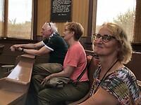 Franklin, Jacky en Miriam in het veilinggebouw