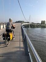 Miriam over de brug