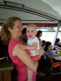 Op de boot spelen met papa en mama