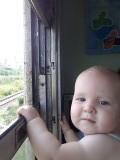 Uit het raam hangen en van de rijwind genieten is toch wel erg leuk.