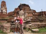 Voor de Boeddha op Wat Maha Tat