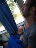 Slapen met papa in de bus