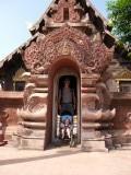 Onder de boog bij Wat Phra Singh