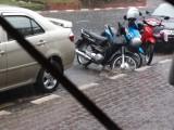 De scooters spoelen bijna weg