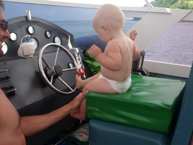 Esmée stuurt de boot naar huis