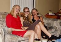Linda, Floor en Marja samen op de bank in LA