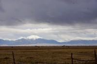 Blik op Great Sand Dunes NP en de Sangre de Cristo Mountains vanuit de San Luis Valley