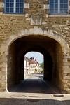 Doorkijkje door de Porte St. Nicolas vanuit het dorpje