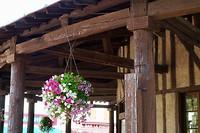 Achter de bloemetjes (alweer een village fleurie) zie je de balkenconstructie van de overkapping