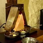 Zo wordt de Raclette gesmolten aan tafel bij restaurant Mange'oir, al meer dan 50 jaar goed eten
