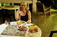 Een heerlijk zelf bereid avondmaal met tonijnbiefstuk, gebakken krieltjes en veel groente