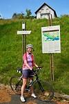Marja poseert bij het bordje boven op Rupertiberg - alle namen hier ook in het Sloveens