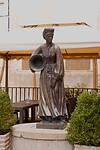 Standbeeld van vrouw in klederdracht