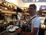 Een borreltje water bij de koffie aan de bar