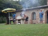 De mannen aan het vis bakken