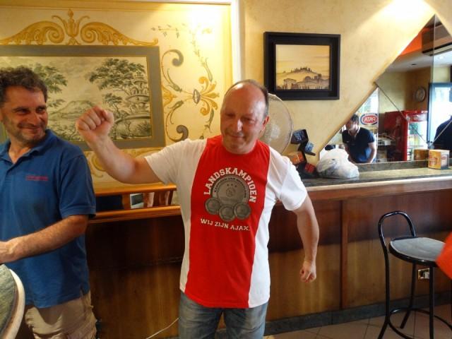 Onze barman in zijn Ajax shirt