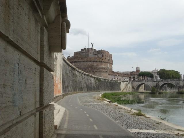 fietsen langs de Tiber, met de Enbelenburcht op de achtergrond
