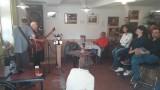 Muziek van Jeanet in het café van Arcy-sur-Cure