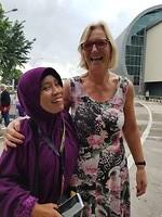 Vrouw op vliegveld Medan