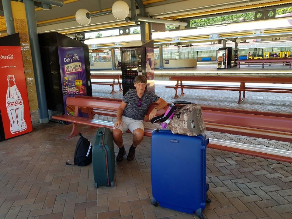 Wachten op de trein naar het vliegveld in Brisbane.