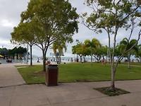 De kust met het zwembad.