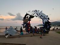 Kunstwerk op het strand van Cairns