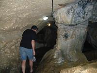 Onder een grot door om bij de winkels te komen