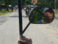 In de tuktuk naar de markt en de school