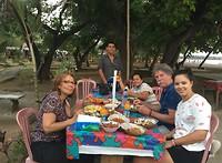 Eten op strand met Sumi en familie